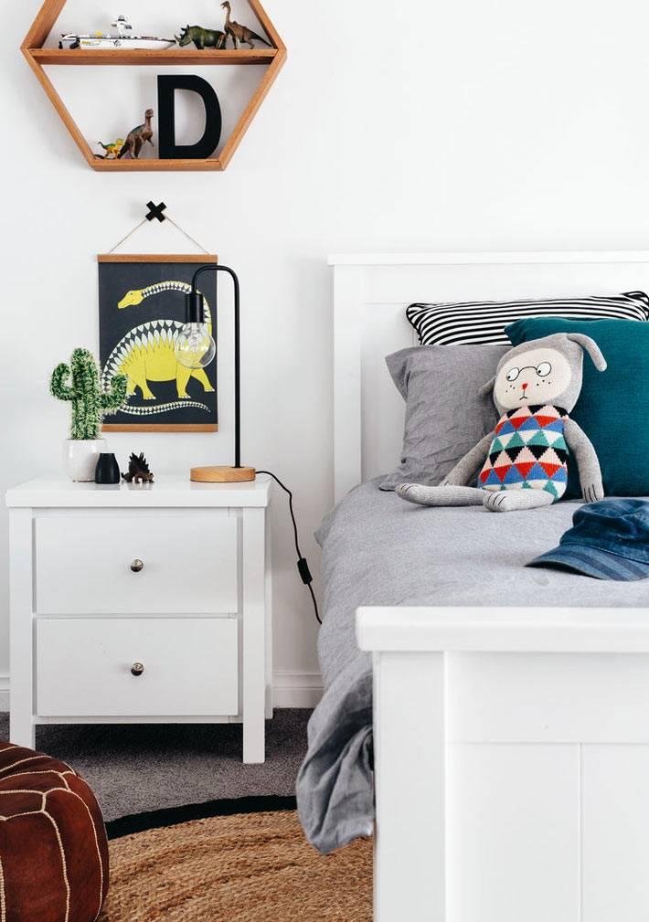 белая детская кроватка и белая тумбочка - минимализм в детской