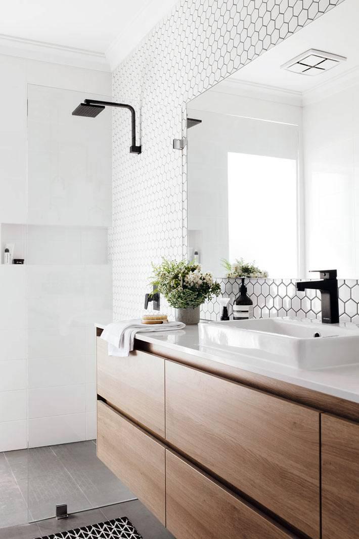 массивная деревянная подвесная тумба в белом интерьере ванной