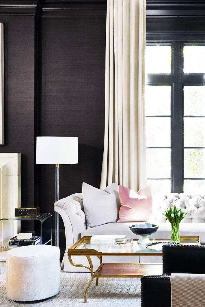 белый диван и коричневые стены в гостиной с большим окном