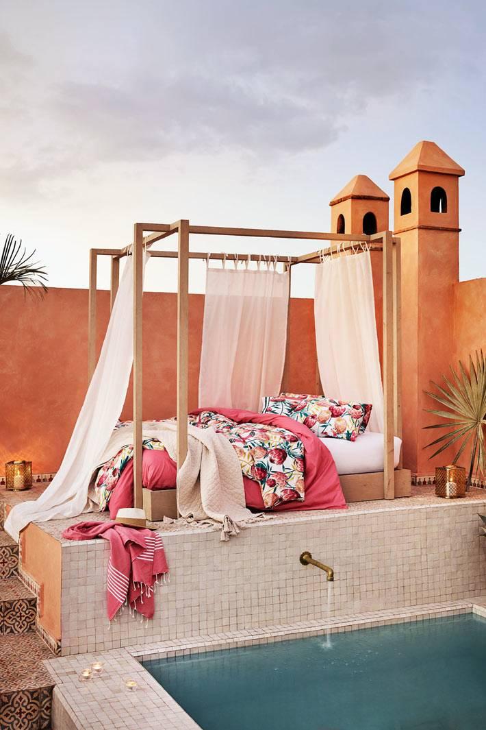 кровать с белым балдахином, розовое постельное белье