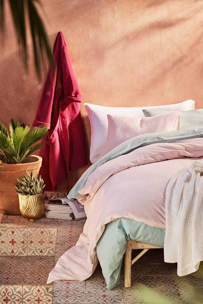 пастельно розовый и мятный цвет текстиля для спальни фото