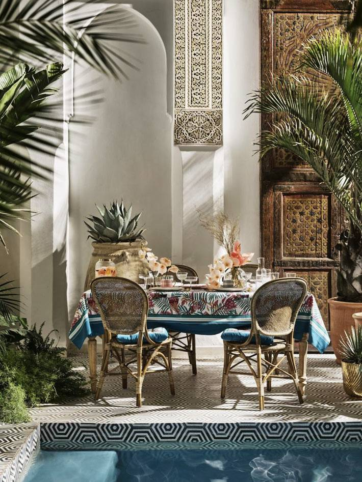 скатерть с флористическим узором для обедов возле бассейна