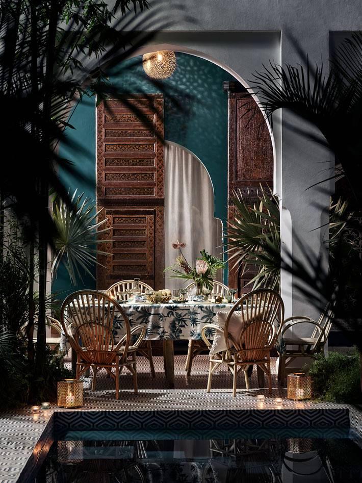 обеденный стол с плетеными стульями и терраса в марокканском стиле