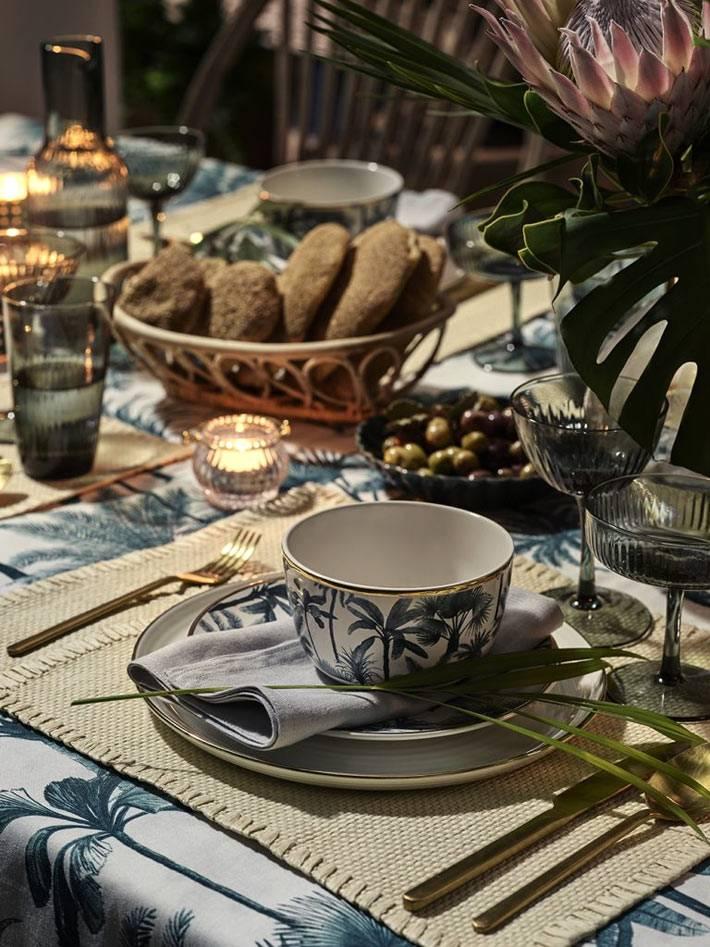 уютная сервировка стола с красивыми чашками и тарелками H&M
