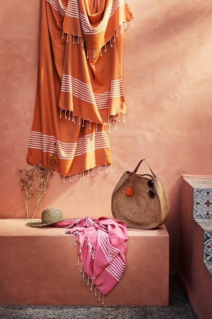 пляжные аксессуары - плетеная корзина и мягкое оранжевое покрывало