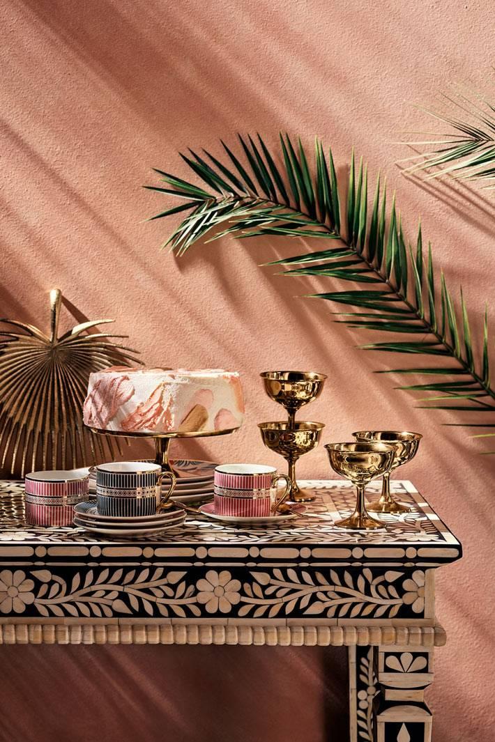 красивый столик в восточном стиле с узорами из цветов