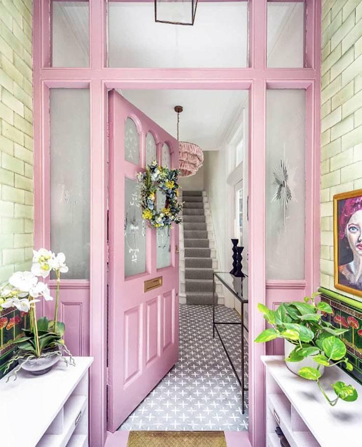 входная дверь розового цвета в лондонском таунхаусе