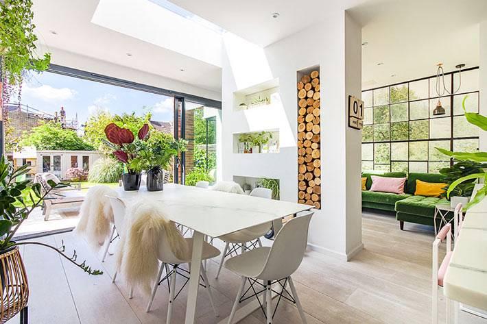 белый пластиковый обеденный стол и пластиковые кресла в доме