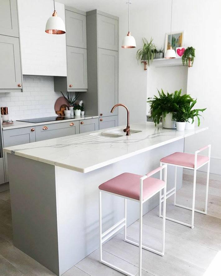 мраморная столешница, серая мебель на кухне, розовые барные стулья