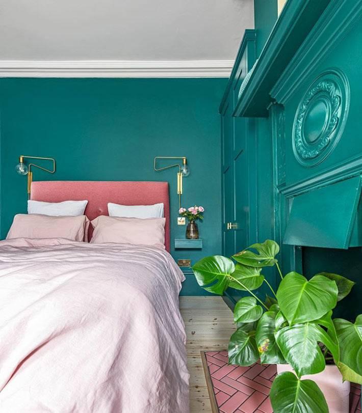 розовая кровать, зелёные стены и деревянный пол в спальне