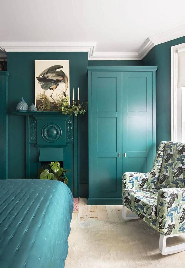 зеленый шкаф и зеленые стены в интерьере спальни для взрослых