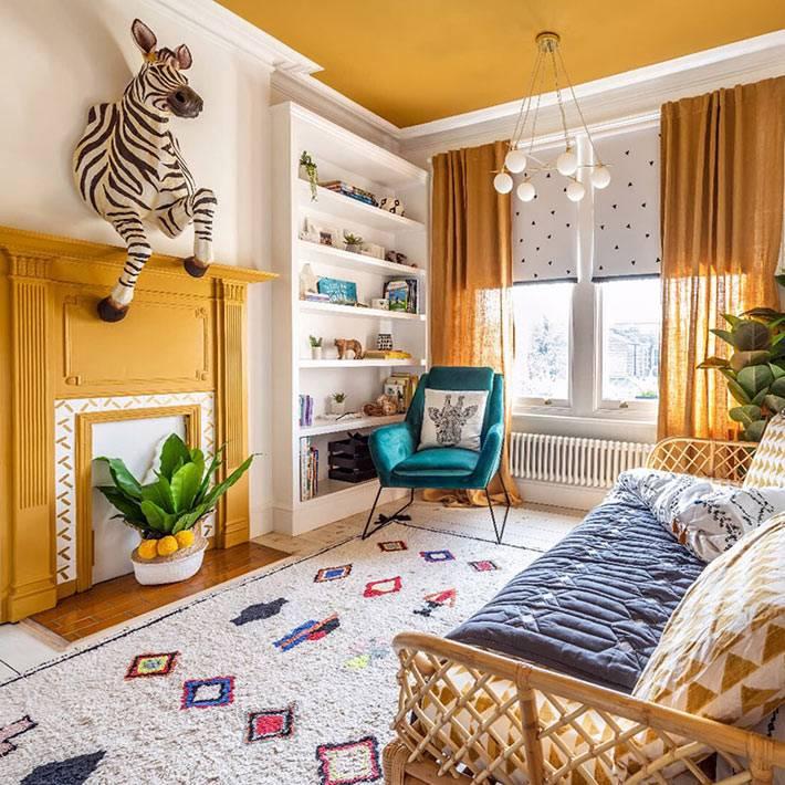 яркое желтое оформление детской комнаты, зебра над камином