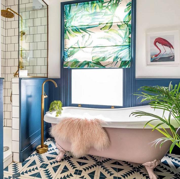 пудрово-розовая ванна в комнате с синими стенами и душевой кабиной