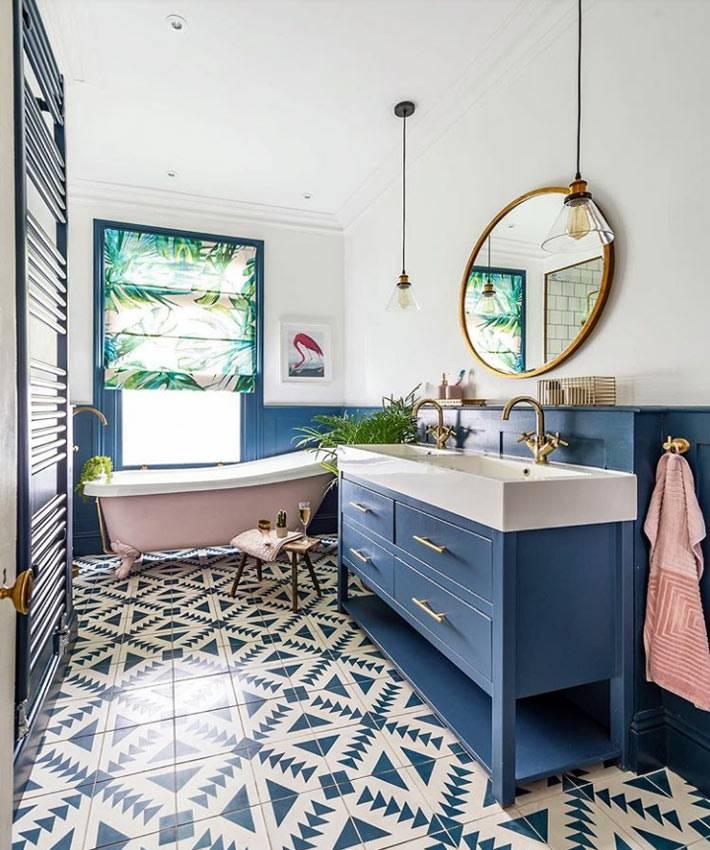 синяя тумба под раковиной, плитка с узором на полу ванной