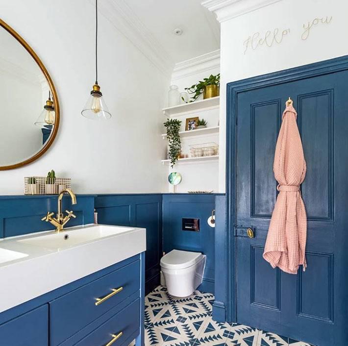 темно-синяя входная дверь в ванну, синие панели фото
