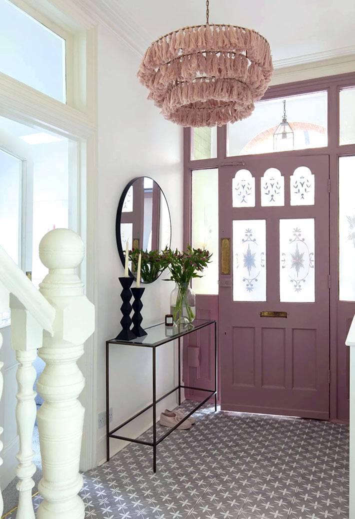 розовая люстра с абажуром из тканевых кисточек в холле дома