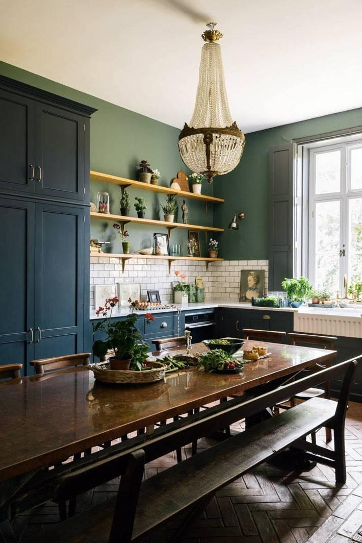 большая хрустальная люстра в старинном интерьере кухни