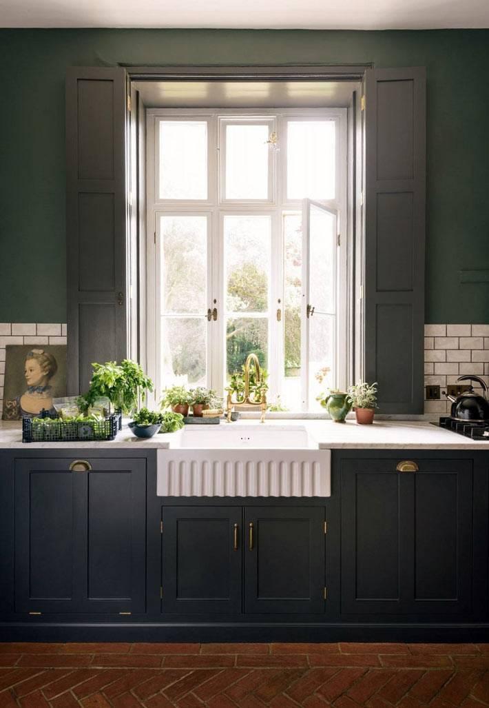 окно со ставнями перед разделочным столом в кухне