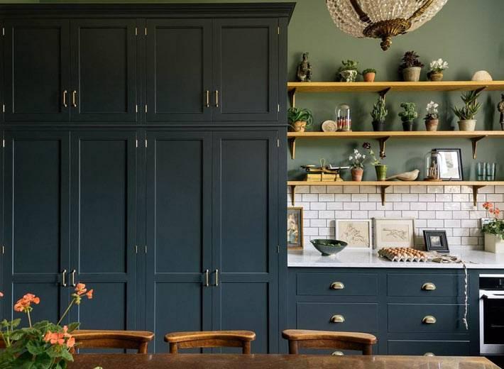вместительные кухонные шкафы под потолок темного цвета
