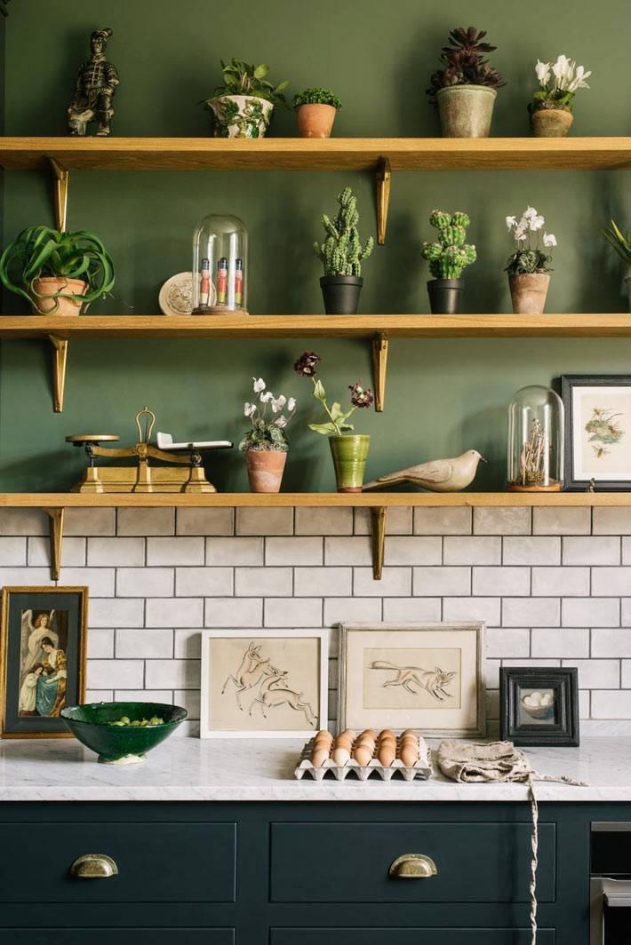 открытые деревянные полки для цветов и красивых статуэток фото