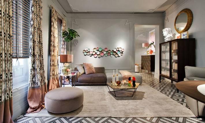 большая гостиная, мозаичный пол, два окна в комнате