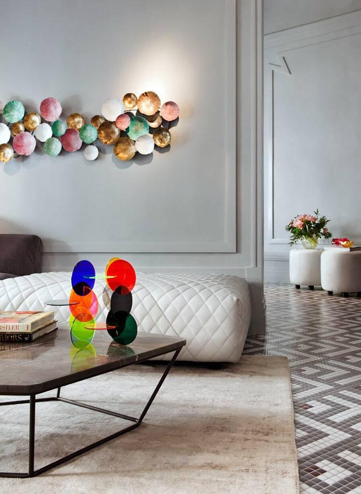 разноцветные декоративные тарелки на серой стене квартиры
