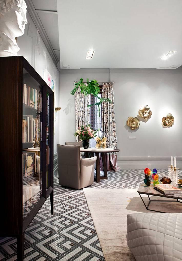 пара кресле и круглый стол - уголок для отдыха в гостиной комнате