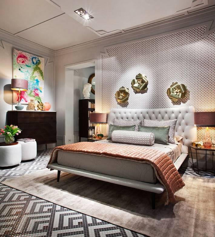 декоративные цветы как украшение на стене над кроватью