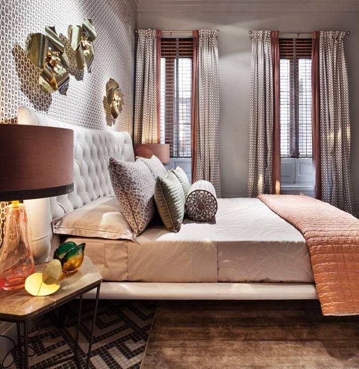 два узких окна прикрыты жалюзи и коричневыми шторами в спальне