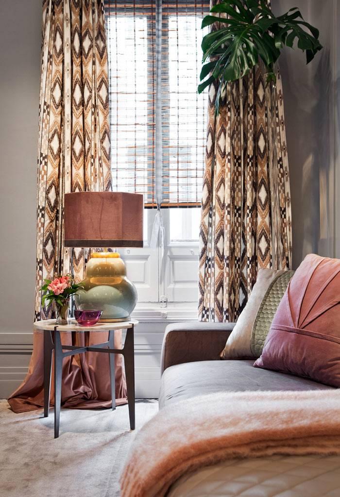 кофейный столик с круглой мраморной столешницей в спальне