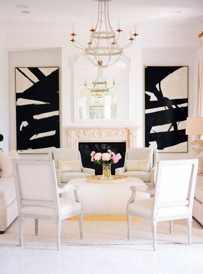 мягкие пастельные тона с контрастными черными картинами в доме