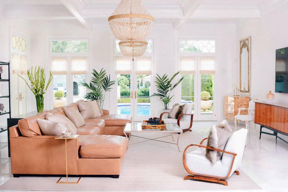 просторная светлая гостиная с хрустальной люстрой и выходом во двор