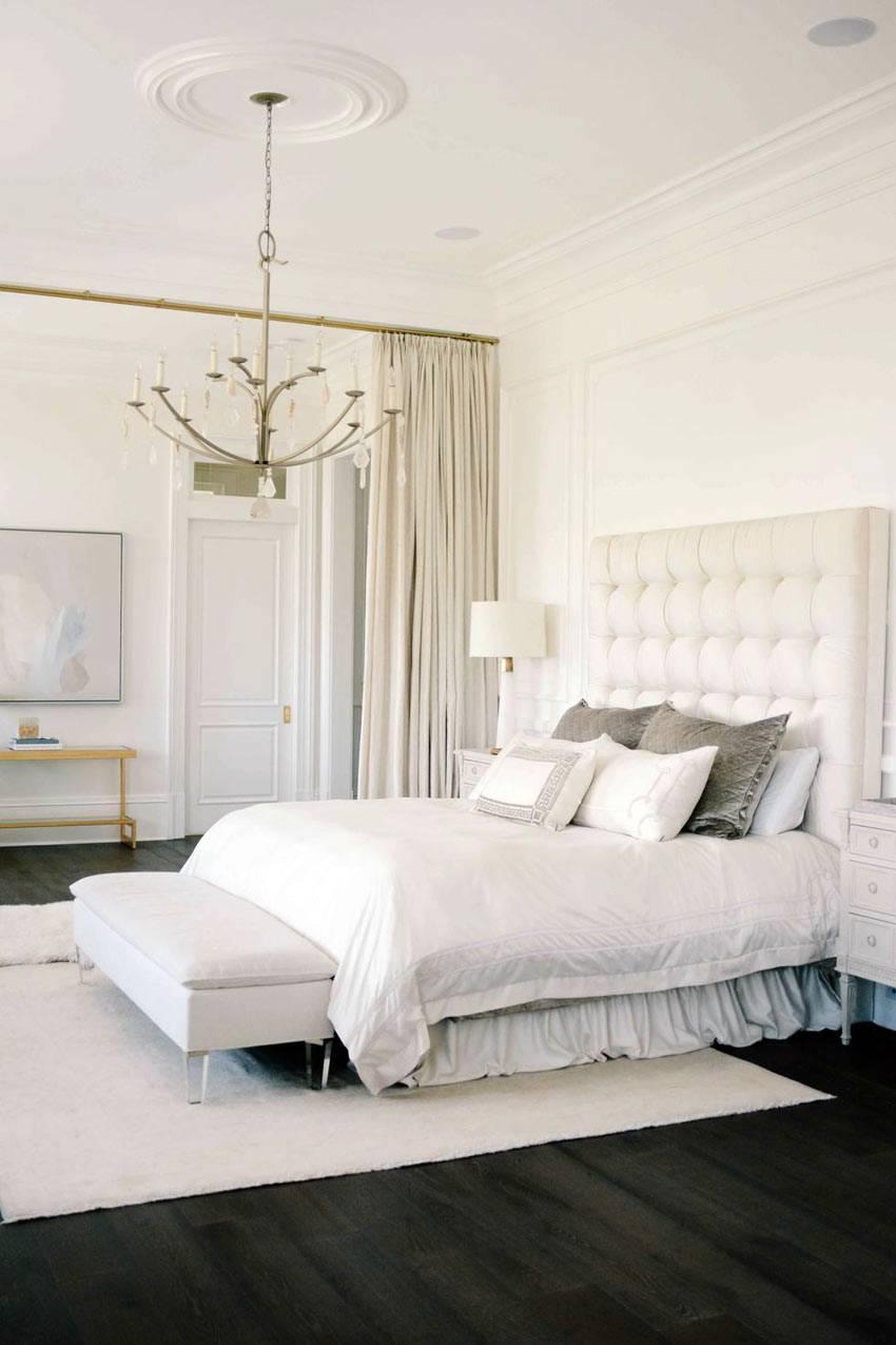 шикарная семейная спальня в белом цвете и лепниной на потолке