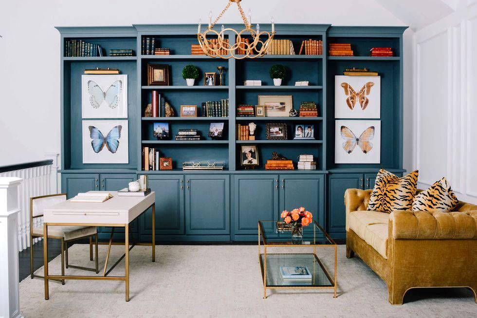 синий шкаф с открытыми полками для домашней библиотеки фото