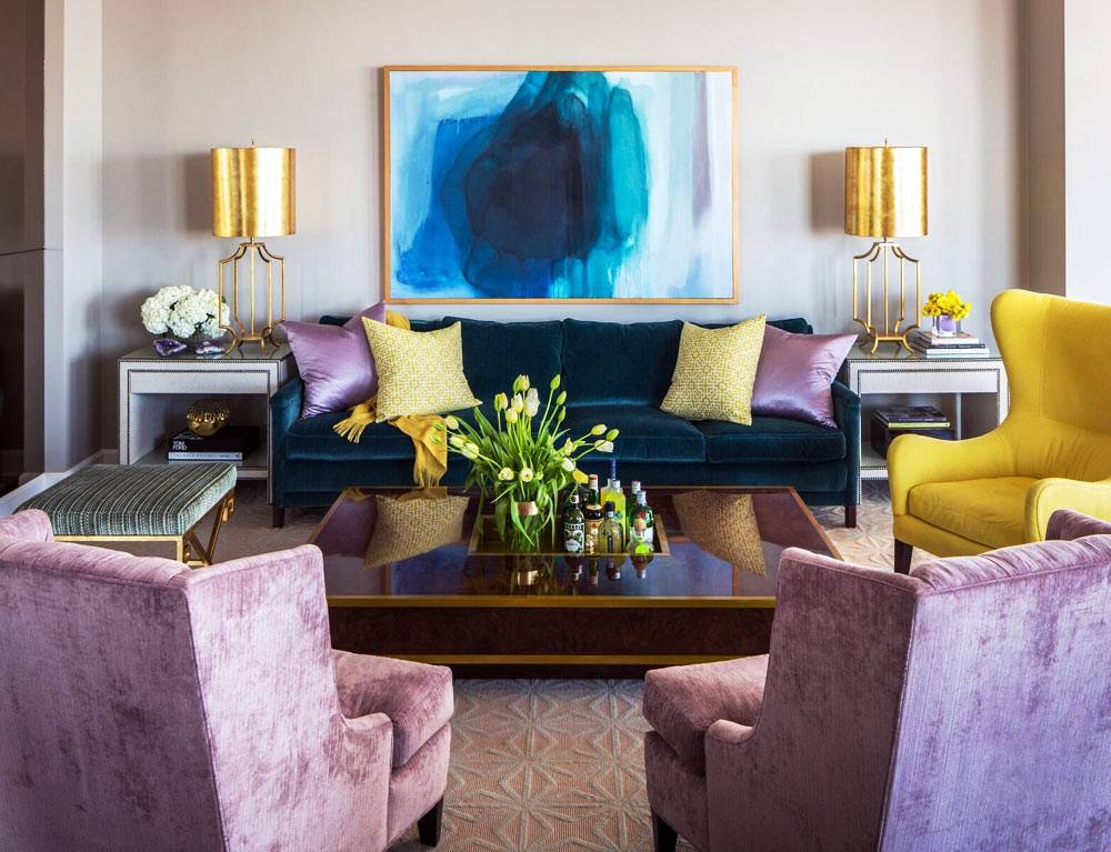бархатные лиловые кресла и вельветовый синий диван фото