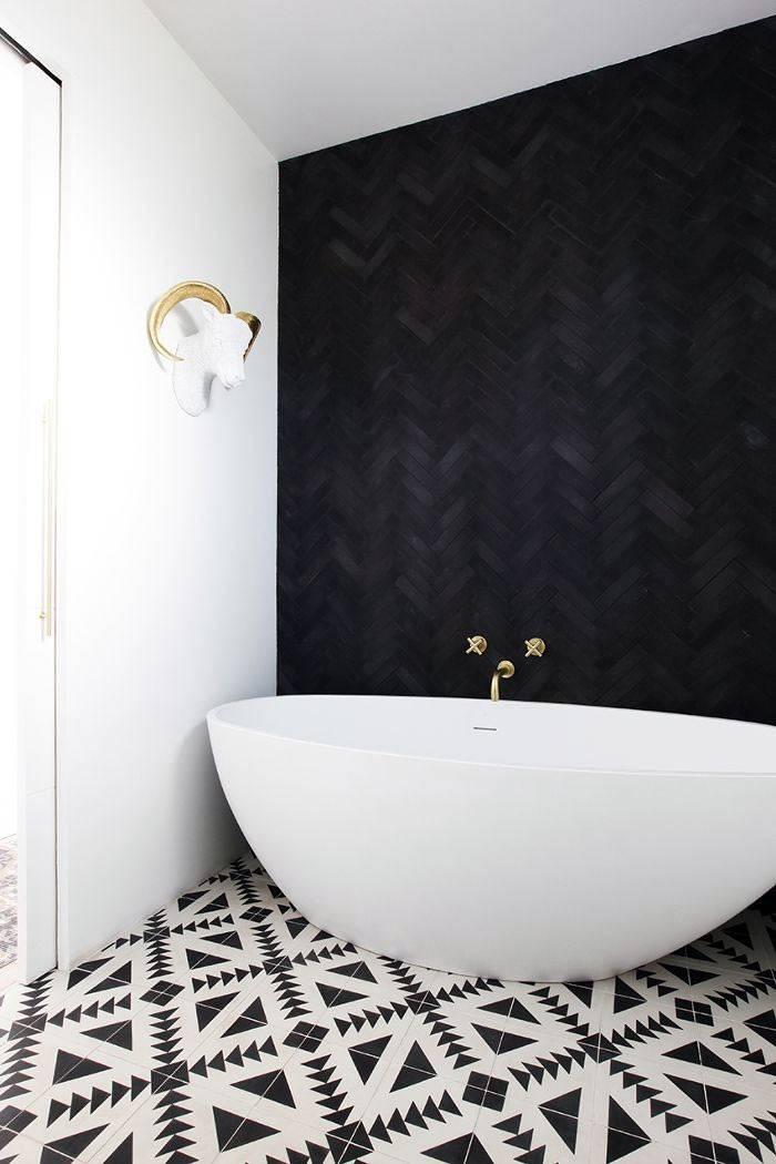 черно-белый облицовочный кафель в оформлении помещения ванной