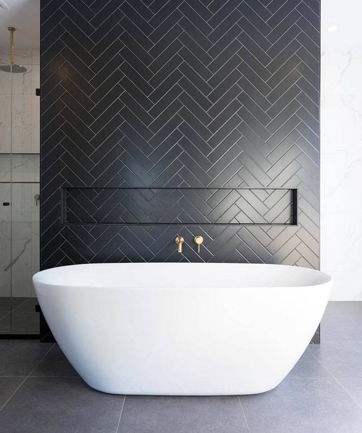 минимализм в ванной - белая чаша ванны и черная стена
