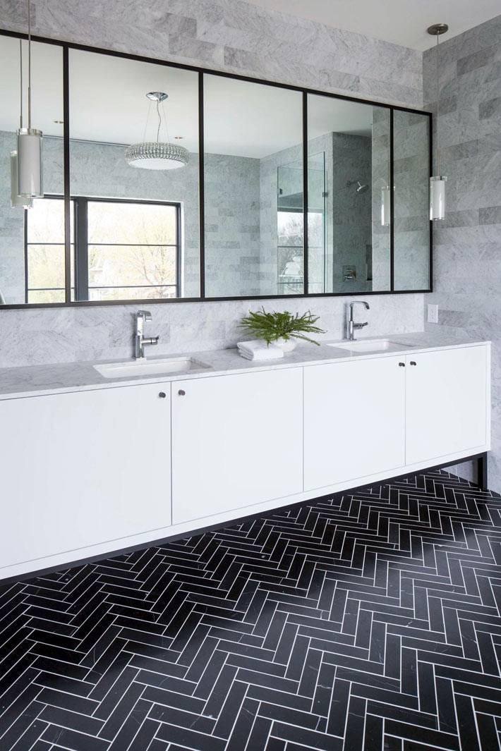 семейная ванная комната с двойным уиывальником и большим зеркалом