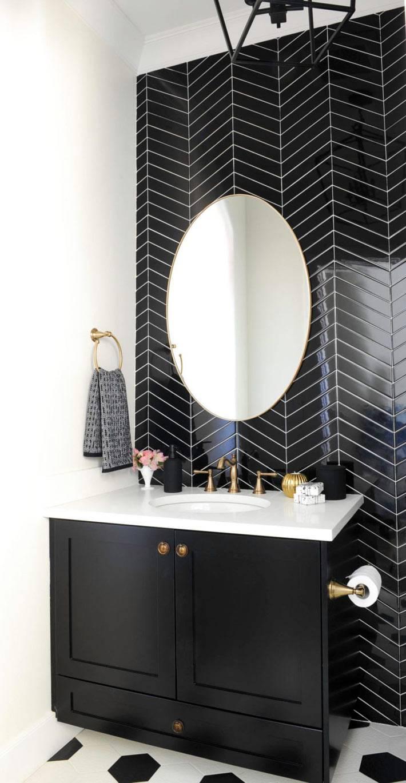акцентная стена, выложеная черной плиткой-ёлочкой фото