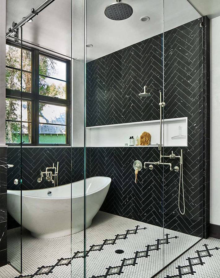 ванна и душевая за стеклянной перегородкой с полкой в нише