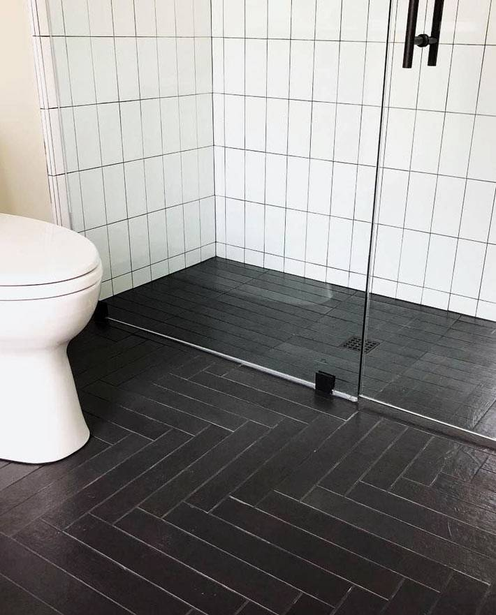 сдержанный минимализм и простота - чёрный пол и белые стены