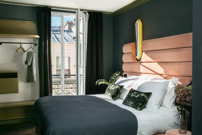 стены стемно-зеленого цвета в спальне, роовая кровать с мягким изголовьем