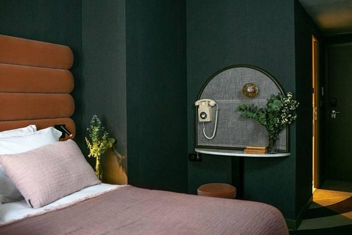 винтажный телефонный столик в комнате отеля La Planque Hotel