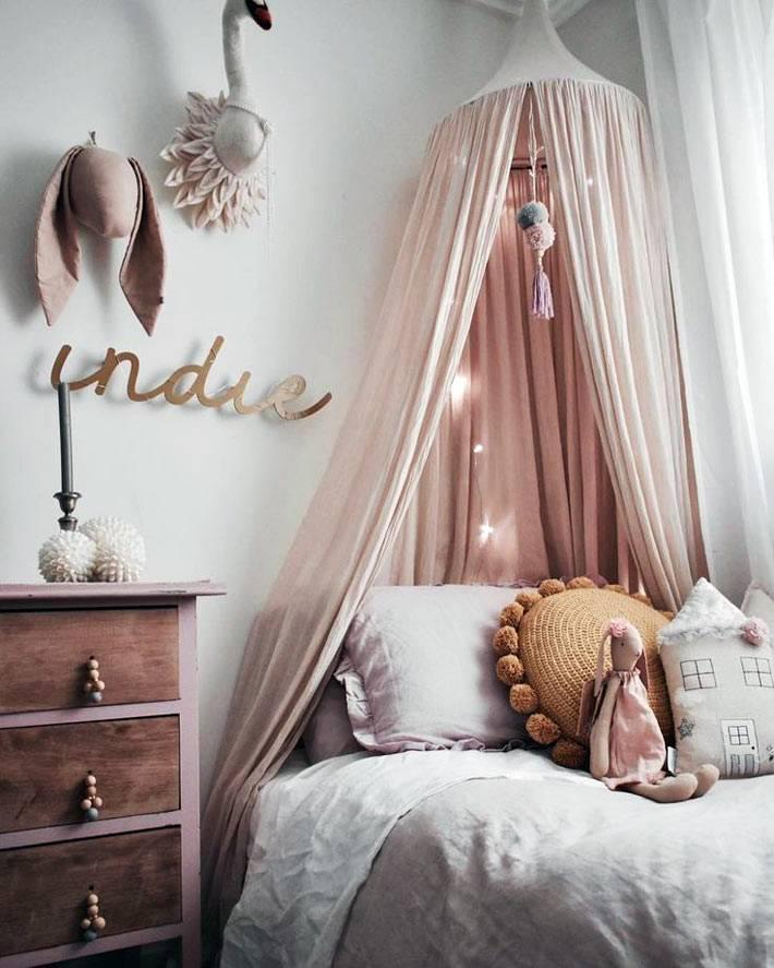 розовый балдахин над детской кроваткой и розовый комод