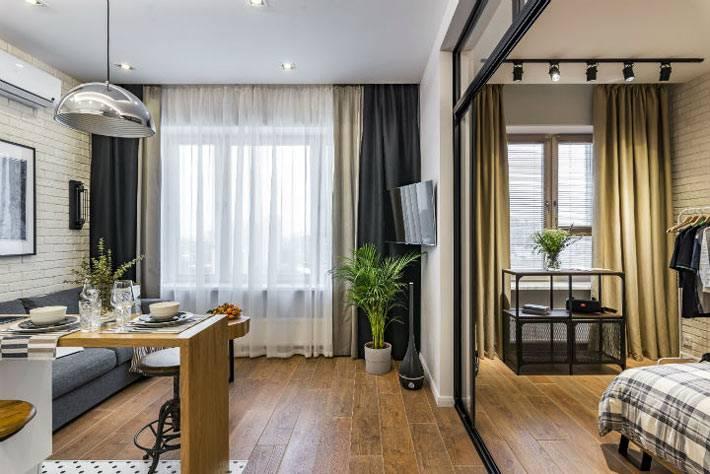 стеклянная перегородка отделяет спальню от гостиной зоны