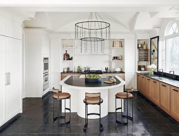 потолочные своды и люстра с цепями в дизайне кухни фото