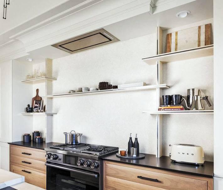 на кухне: открытые полки для хранения кухонной посуды