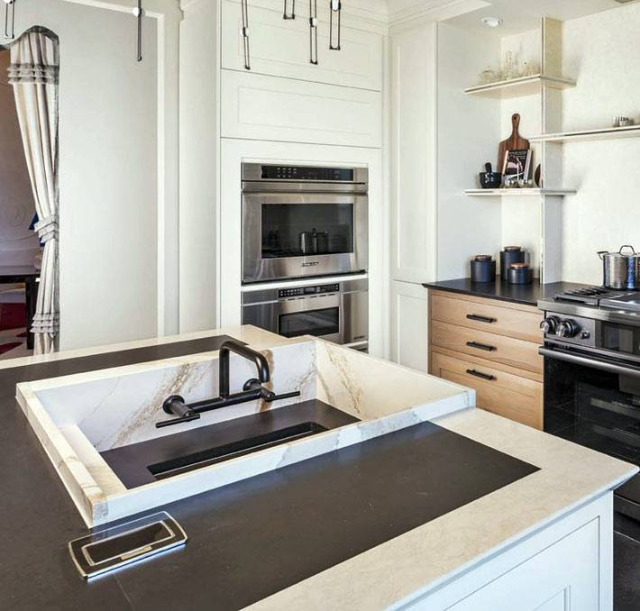 раковина встроена в рабочий кухонный остров фото