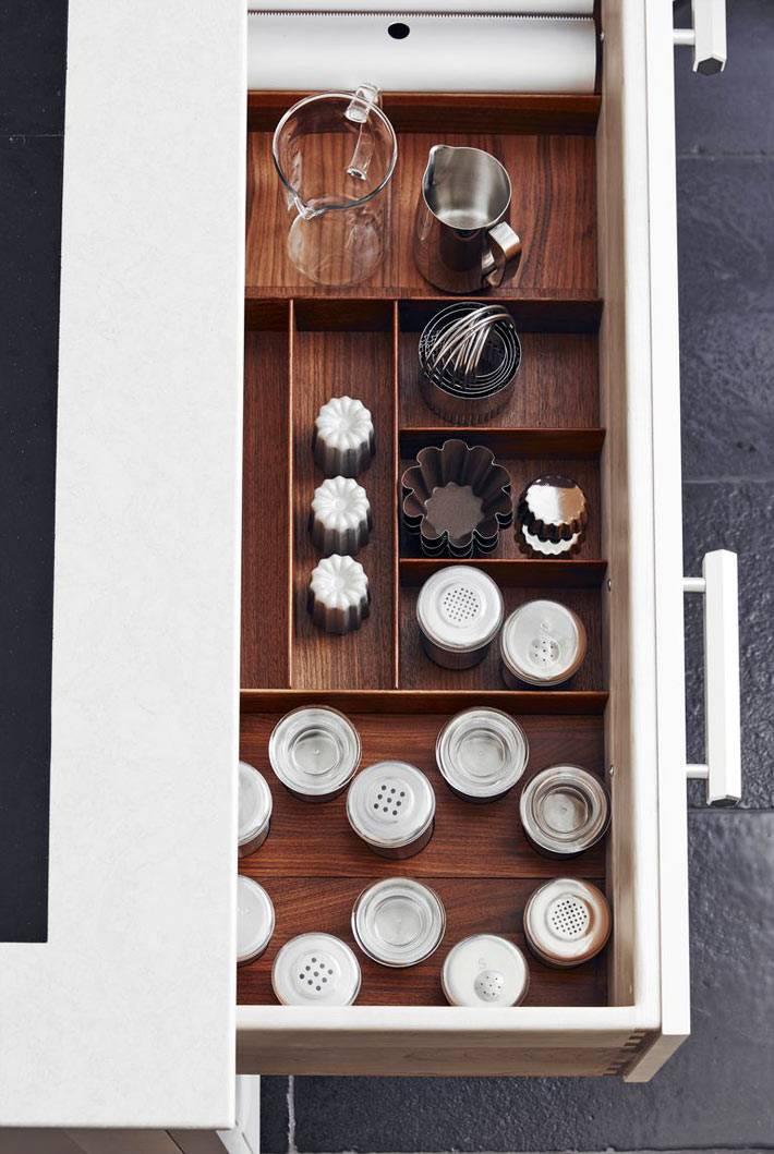 кухонный ящик с деревянными разделительными перегородками