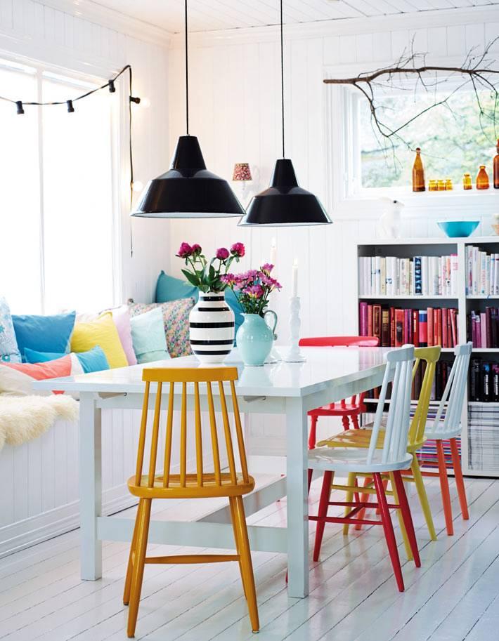 красочное оформление столовой - разноцветные стулья и подушки